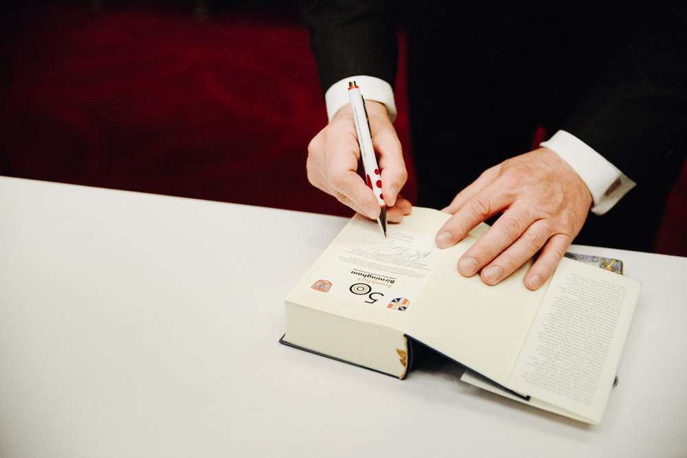 Mayor of Frankfurt, Peter Feldmann, signs Goethe's Zur Farbenlehre (Theory of Colours).